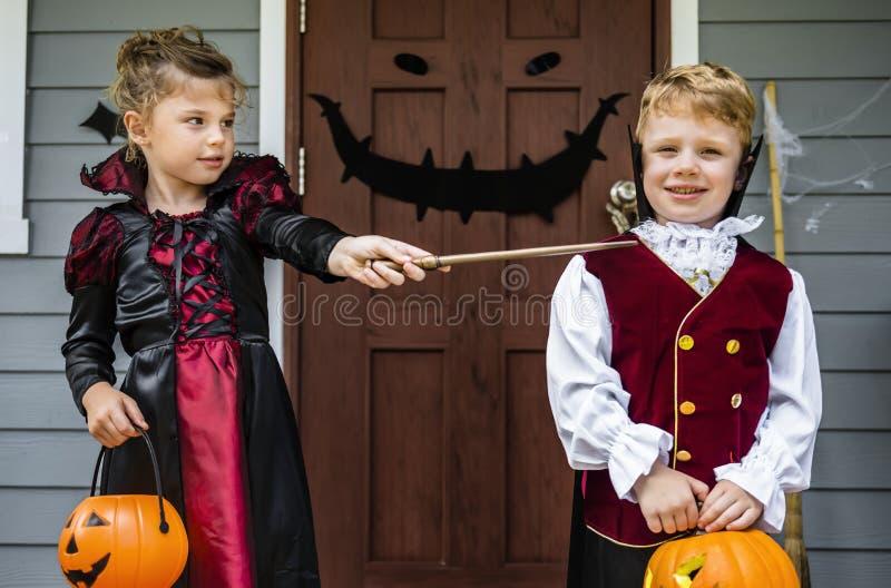 Trick för små barn eller behandling på allhelgonaafton royaltyfria bilder