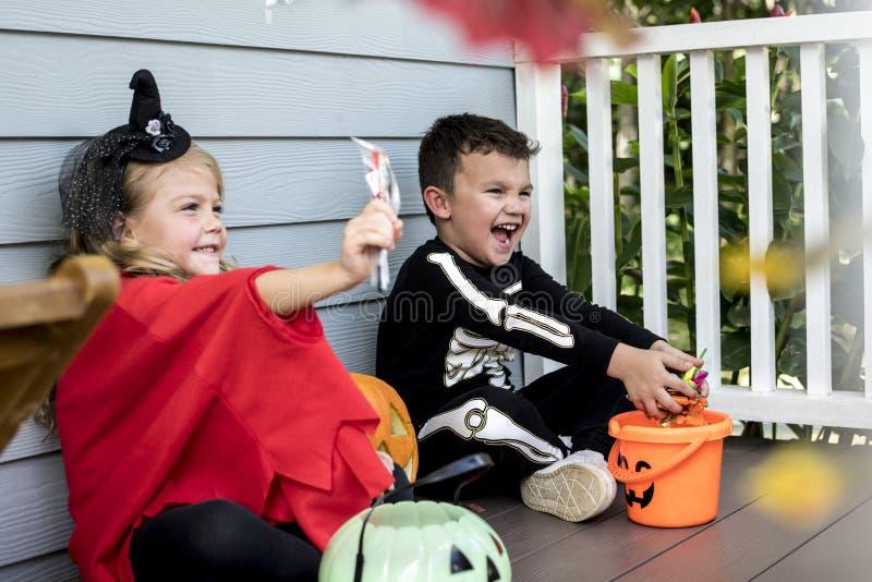 Trick för små barn eller behandling på allhelgonaafton royaltyfri bild