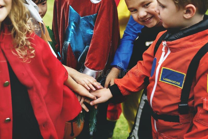 Trick för små barn eller behandling på allhelgonaafton arkivbilder