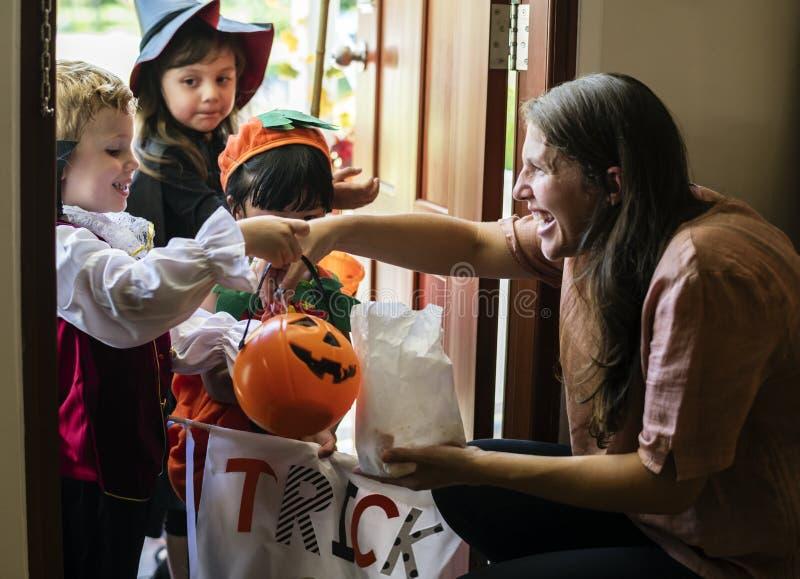 Trick för små barn eller behandling på allhelgonaafton royaltyfri fotografi