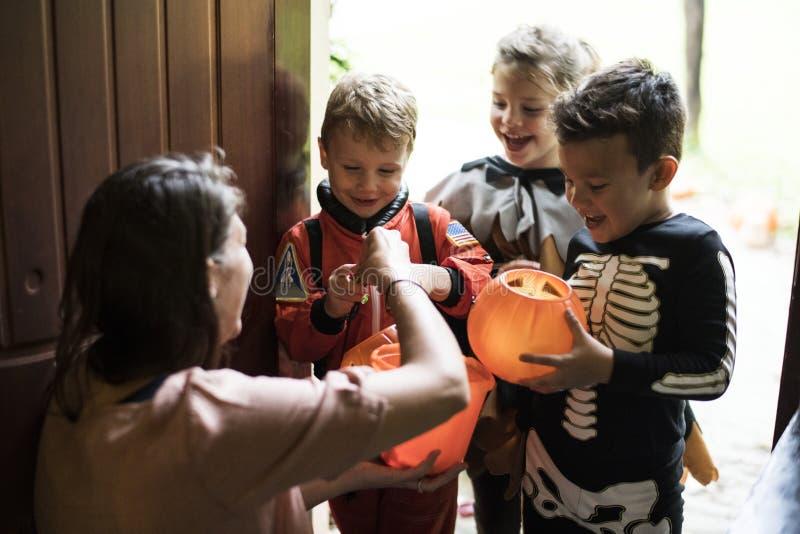 Trick för små barn eller behandling på allhelgonaafton arkivfoton
