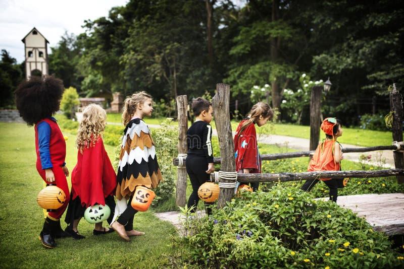 Trick för unga ungar eller behandling under allhelgonaafton fotografering för bildbyråer