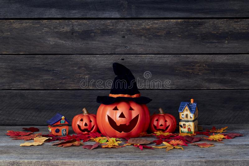 Trick oder Festlichkeit Süßes sonst gibt's Saures auf einem Holztisch stockbilder