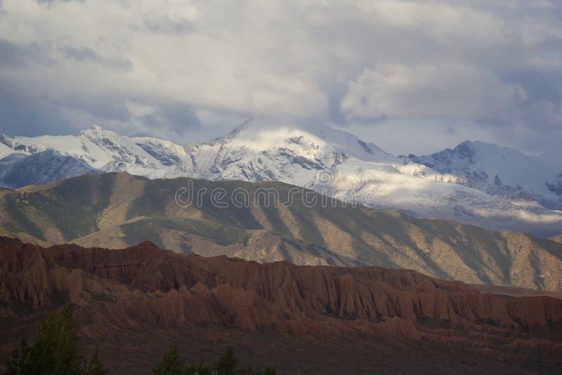 Tricolor горы приближают к озеру Issyk-Kul, Кыргызстану стоковые фотографии rf