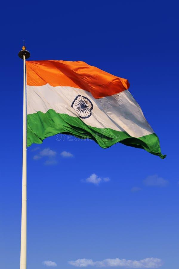 Tricolor indisk flagga med himmel i bakgrund arkivbild