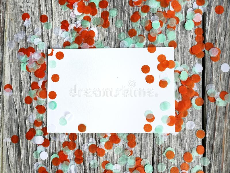 Tricolor papperskonfettier på en vit träbakgrund Irländskt, Indien och Chinu, självständighetsdagenbegrepp patriotism och frihet, royaltyfri bild