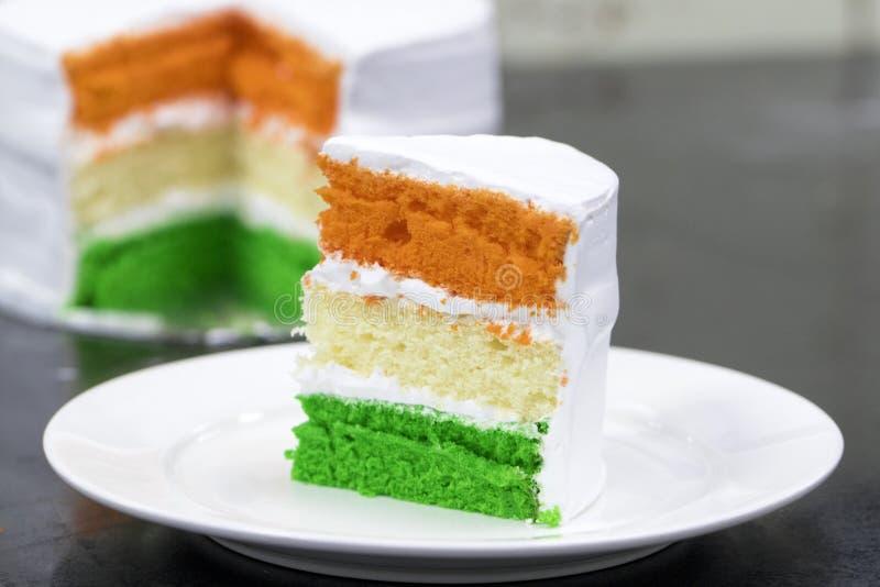 Tricolor Tiranga lagd sockerkaka - begrepp för den lyckliga självständighetsdagen Indien eller kort för republikdagIndien hälsnin royaltyfri bild