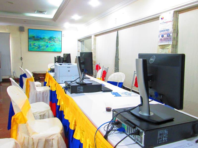 Tricolors tabell med datorer fotografering för bildbyråer
