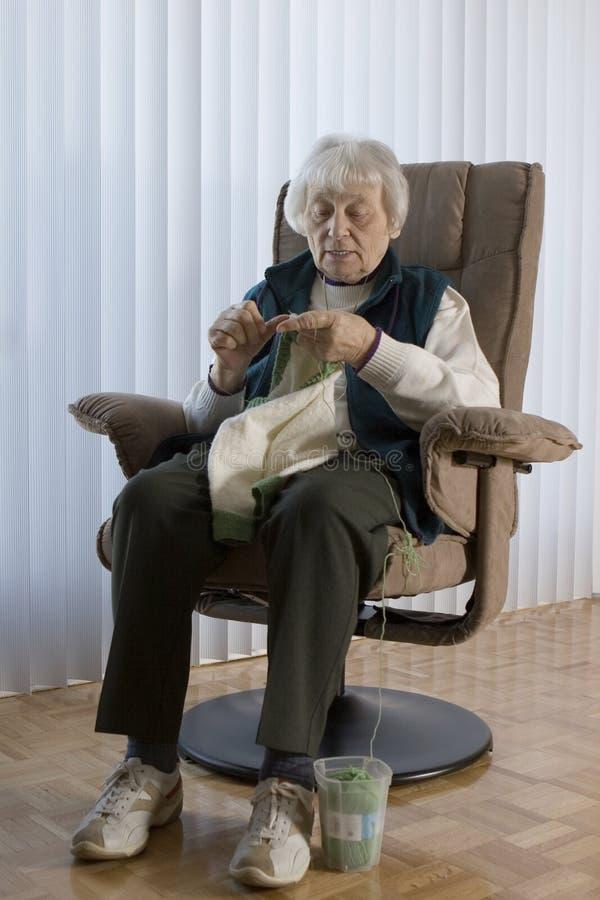 Tricotage aîné de femme photo libre de droits
