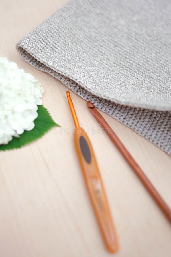 Tricotage comme passe-temps Crochets de crochet en métal et en bois pour le tricotage photo libre de droits