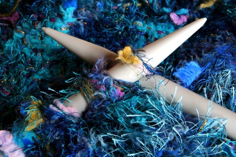 Tricotage dans les bleus photos libres de droits