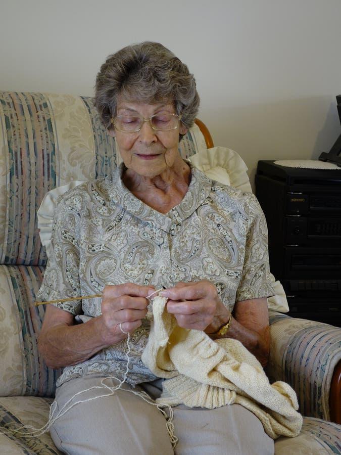 Tricotage de femme agée images stock