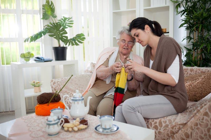 Tricotage de grand-mère et de petite-fille images stock
