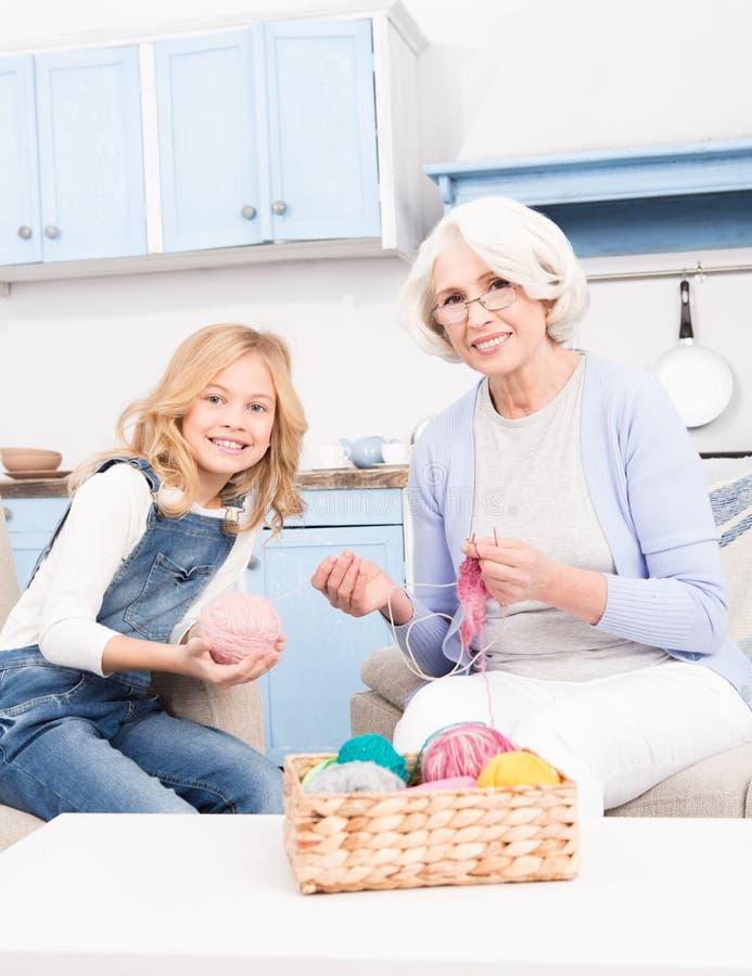 Tricotage de grand-mère et de petite-fille image libre de droits