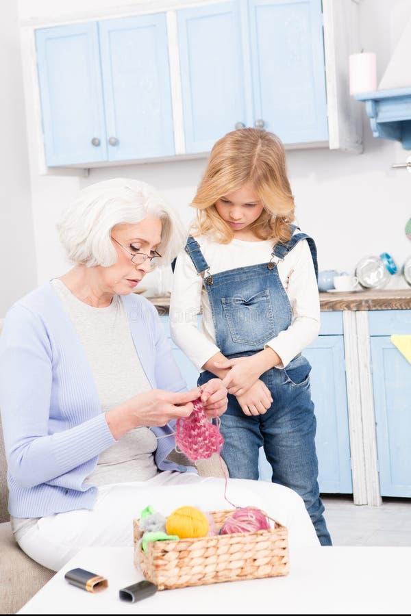 Tricotage de grand-mère et de petite-fille images libres de droits
