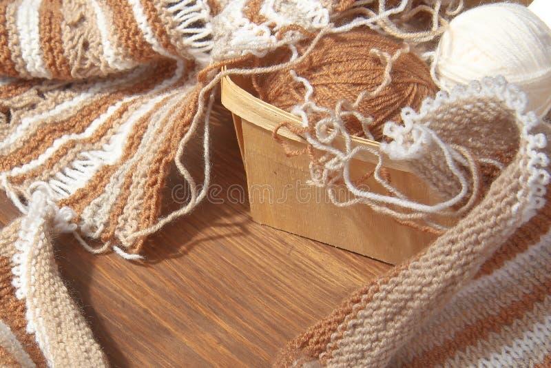 Tricotage des laines naturelles photographie stock