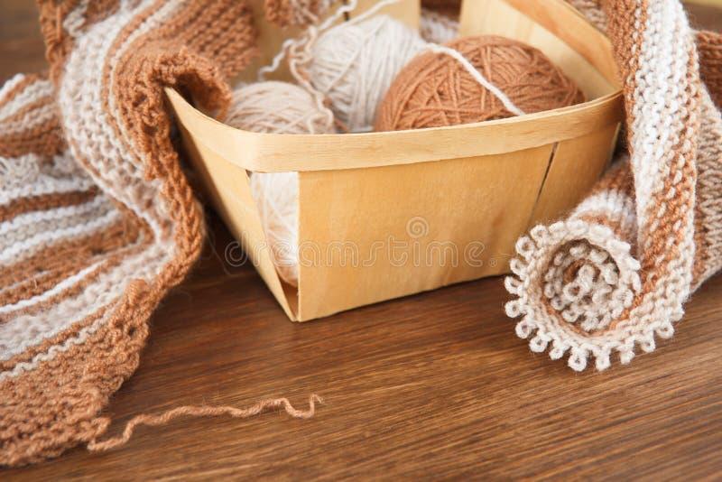 Tricotage des laines naturelles photographie stock libre de droits