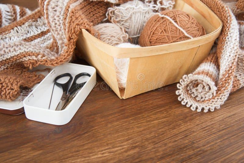 Tricotage des laines naturelles image stock