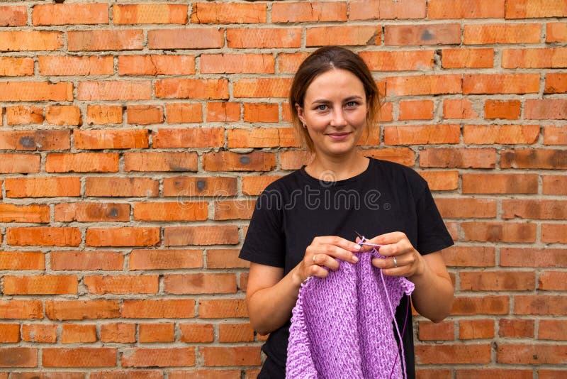 Tricotage en gros plan de jeune femme photos stock