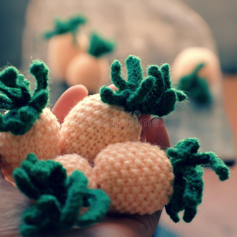 Tricotez le produit fait main, fruit d'ananas sur le fond en bois gris photographie stock libre de droits