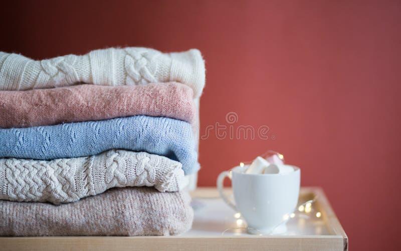 Tricots et tasse de café images stock