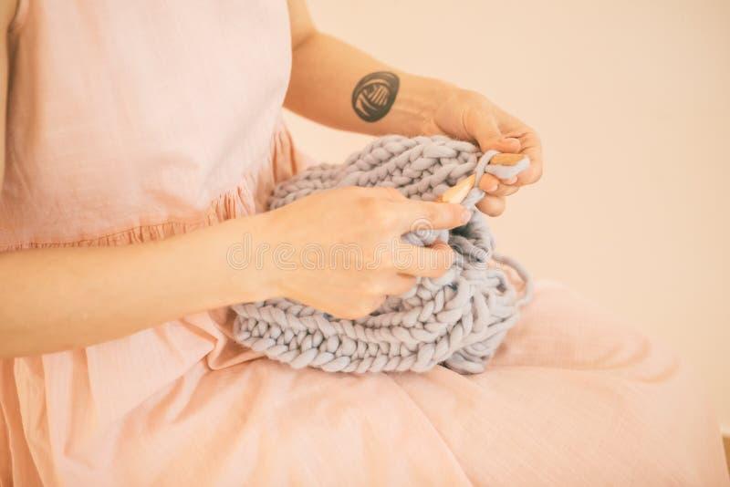 Tricottando le mani del ` s delle donne, il rosa rilassato ha colorato l'hobby dell'umore immagini stock