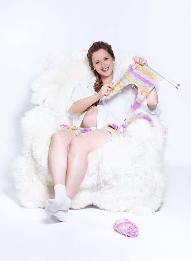 Tricottare della donna incinta fotografia stock