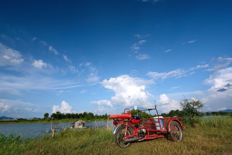 Tricycle avec le ciel bleu photos libres de droits