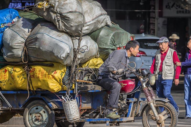 Tricycle motorisé avec beaucoup de déchets photographie stock libre de droits