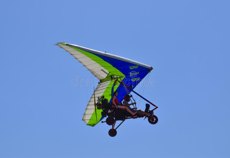 Download Tricycle, Volant Dans Le Ciel Avec Deux Personnes Photo éditorial - Image du microlight, casque: 77160016
