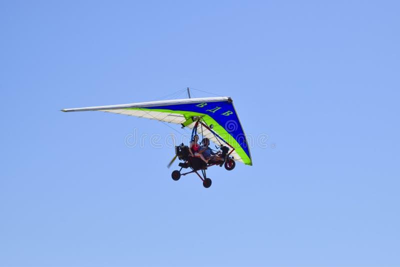 Download Tricycle, Volant Dans Le Ciel Avec Deux Personnes Photo éditorial - Image du aérien, levage: 77163026