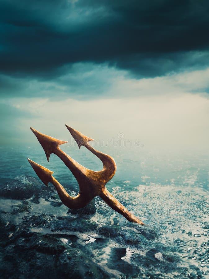 Trident av poseidon som förloras på havet arkivfoton