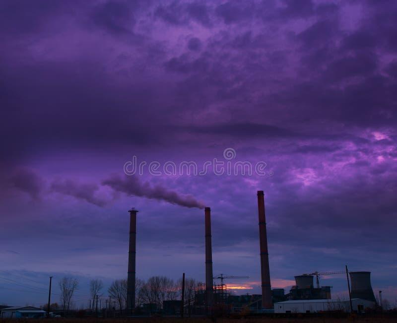 Triebwerkanlage der Kohle und Rauchstapel stockfotografie