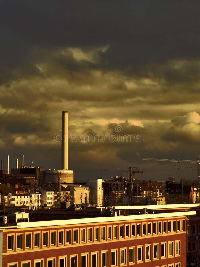Triebwerkanlage und dunkler Himmel stockbilder