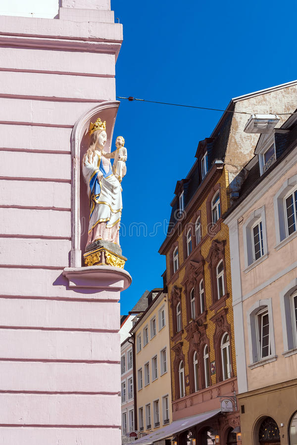 TRIER, DEUTSCHLAND - 7. APRIL 2008: Statue von Jungfrau Maria auf Simeon lizenzfreies stockbild
