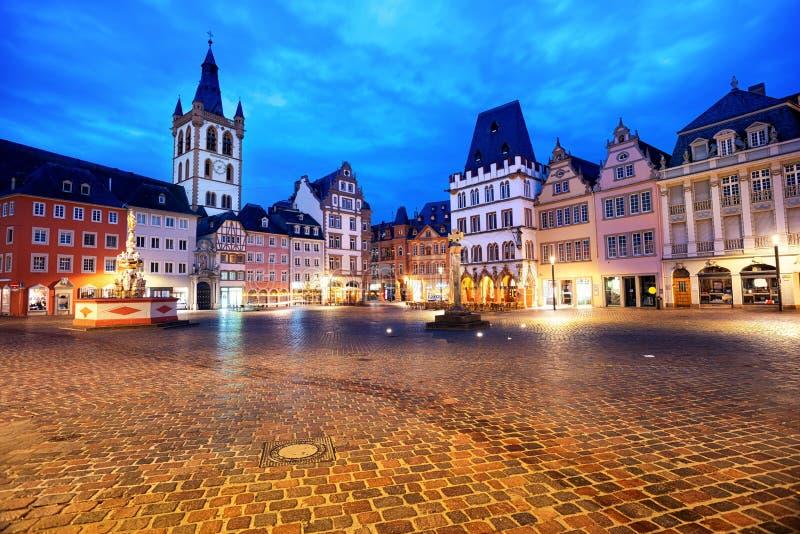 Trier, Deutschland, bunte gotische Häuser im alte Stadthauptmarktplatz lizenzfreie stockbilder