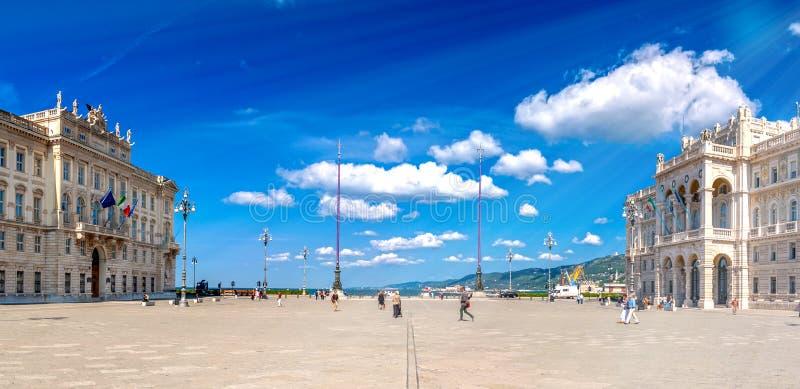 Trieste, città in Italia dal mare adriatico fotografia stock