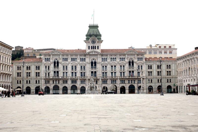 Trieste, el 5 de septiembre de 2017, Italia: paisaje urbano del frente de mar con los edificios tradicionales históricos foto de archivo libre de regalías