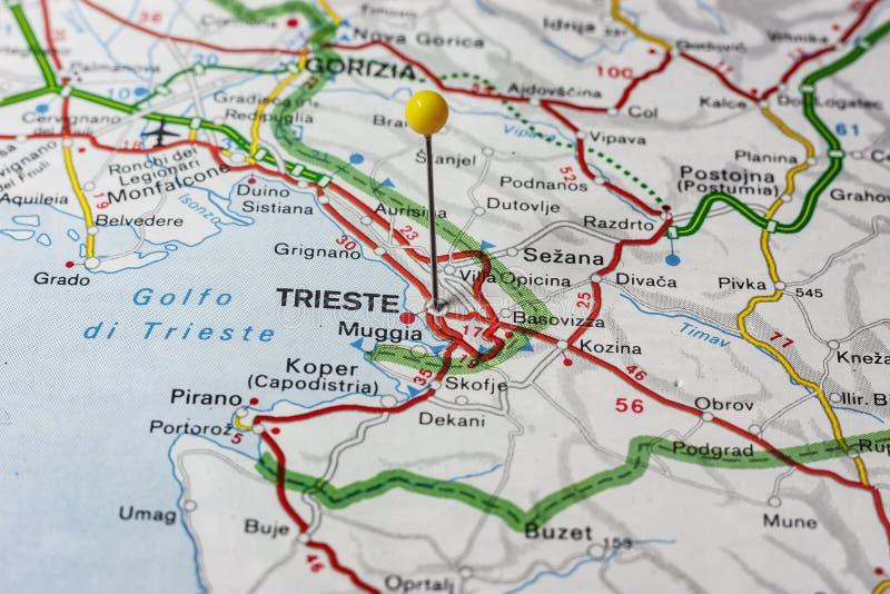 Trieste fixou em um mapa de Itália fotografia de stock
