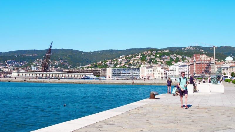 TRIESTE, ITALIA - 11 DE AGOSTO DE 2017 Opinión de la cacerola del embarcadero, del puerto y de la ciudad fotografía de archivo libre de regalías