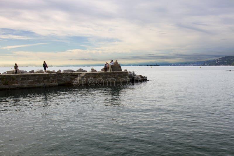 Trieste, Italia, el 13 de septiembre de 2017:: Barcos de placer amarrados en pequeño puerto En fondo el castillo de Miramare imágenes de archivo libres de regalías