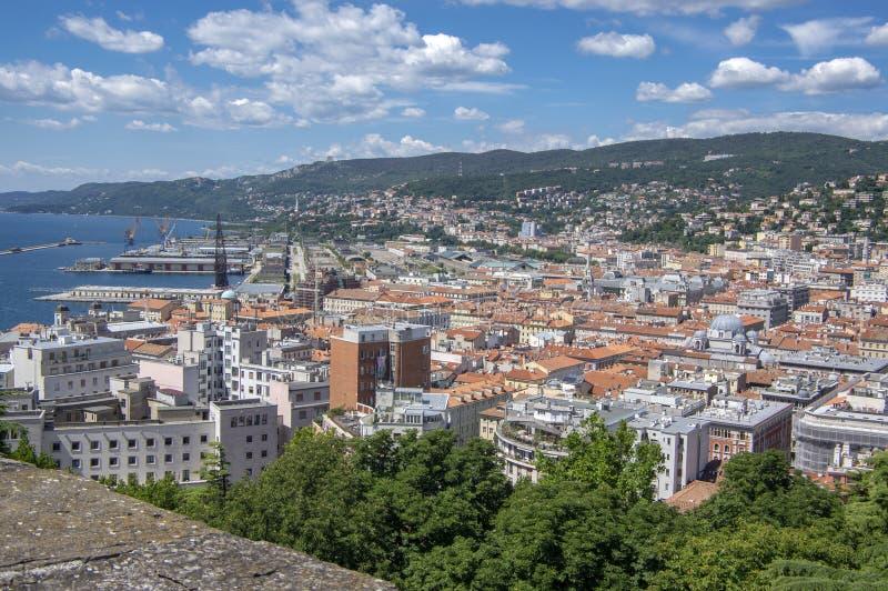 Trieste/Italia - junio 23,2018: Vista a?rea que sorprende a la ciudad de Trieste Grupo de opini?n de edificios de la fortaleza D? fotografía de archivo