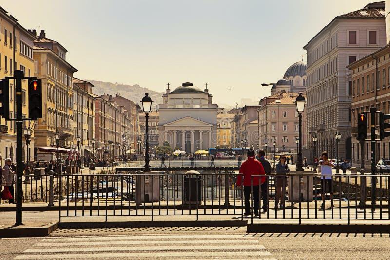 Trieste, Italia - S Canal de Antonio y S Iglesia de Antonio fotos de archivo