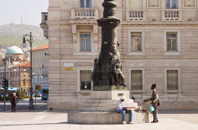 Trieste, Italia - unidad del cuadrado de Italia, venta ambulante negra dos foto de archivo libre de regalías