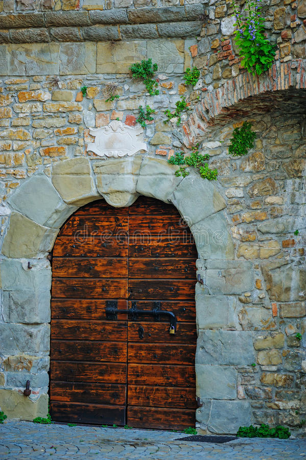 TRIESTE, ITALIE - 21 JUILLET 2013 : vieille porte en bois en château de San Giusto à Trieste, Italie images libres de droits