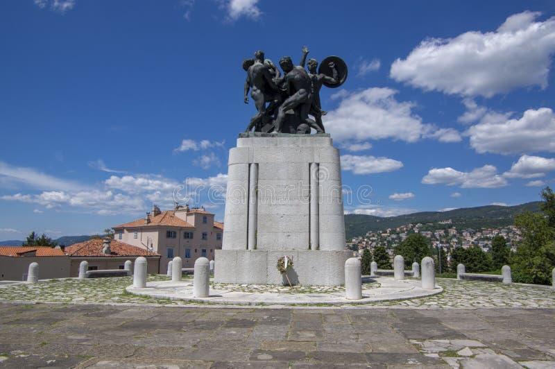 Trieste/ITALIEN - Juni 23, 2018: Ber?md statyMonumento ai Caduti della I Guerra n?sta Mondiale slotten di San Giusto arkivfoto