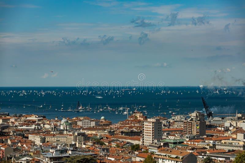 Trieste, Italy Sobre 2000 do barco de velas no mar de adriático durante a regata 2017 de Barcolana O regata o mais grande do barc fotos de stock royalty free