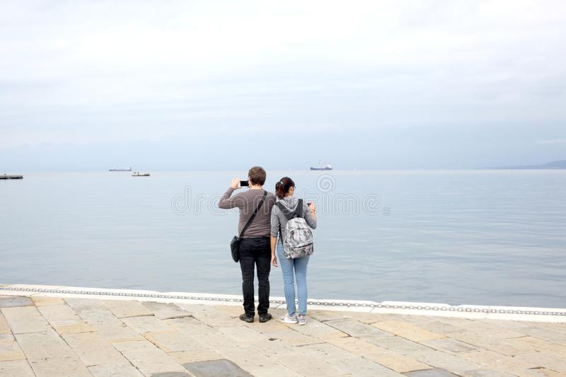 Trieste, le 5 septembre 2017, l'Italie : quelques touriste prenant des photos se tenant sur un pilier en pierre photo stock