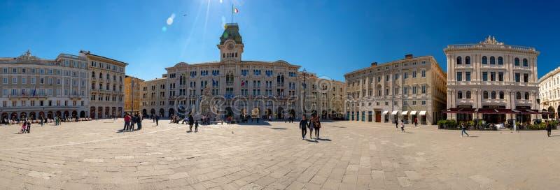 Trieste W?ochy, Kwiecie?, - 19, 2019: Du?y kwadrat w Trieste W?ochy; Piazza Unita d ?Italia na s?onecznym dniu w wczesnym wiosna  zdjęcia royalty free