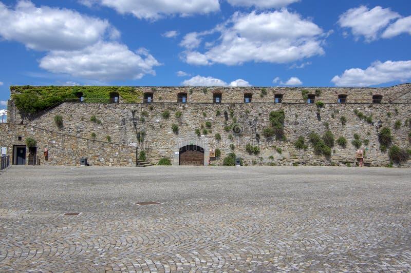 Trieste, W?OCHY, Czerwiec/- 23, 2018: Castello Di San Giusto historyczny forteca podczas turystycznego sezonu Pogodny gor?cy letn obraz royalty free